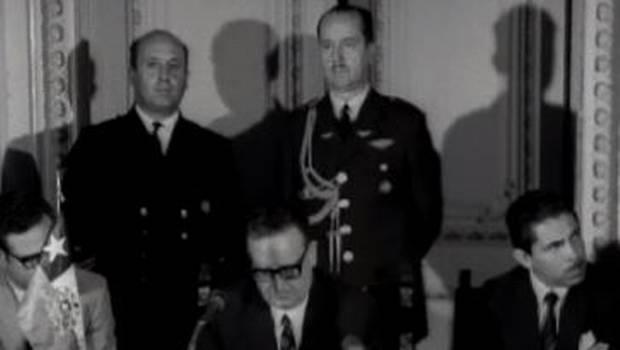 La prensa el día antes del golpe: Presidente Allende con jefes de FF.AA