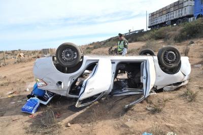 Continúa grave conductor que volcó en Ruta 5 Norte
