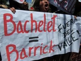 Ambientalistas reciben con pancartas a Bachelet en Vallenar