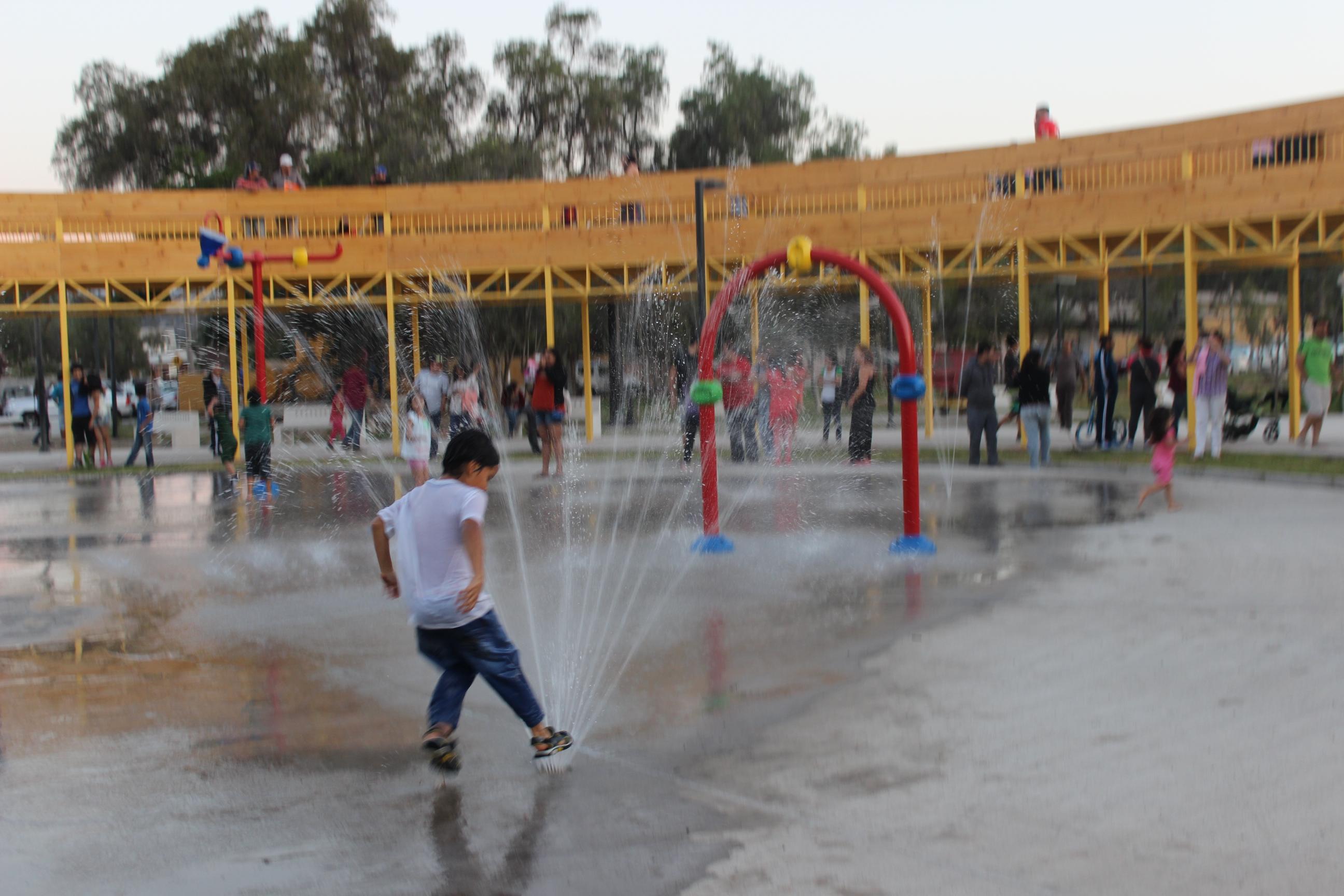 Comienza a funcionar parque acuático y realizan gestiones para construir piscinas en paseo ribereño