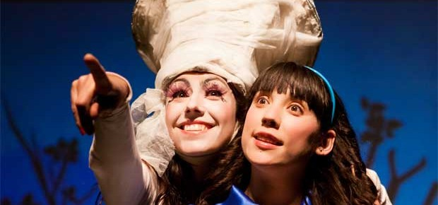 """Fantasía, música y teatro en 2D marcaron el espectáculo de la obra """"Alicia, tras el espejo"""""""