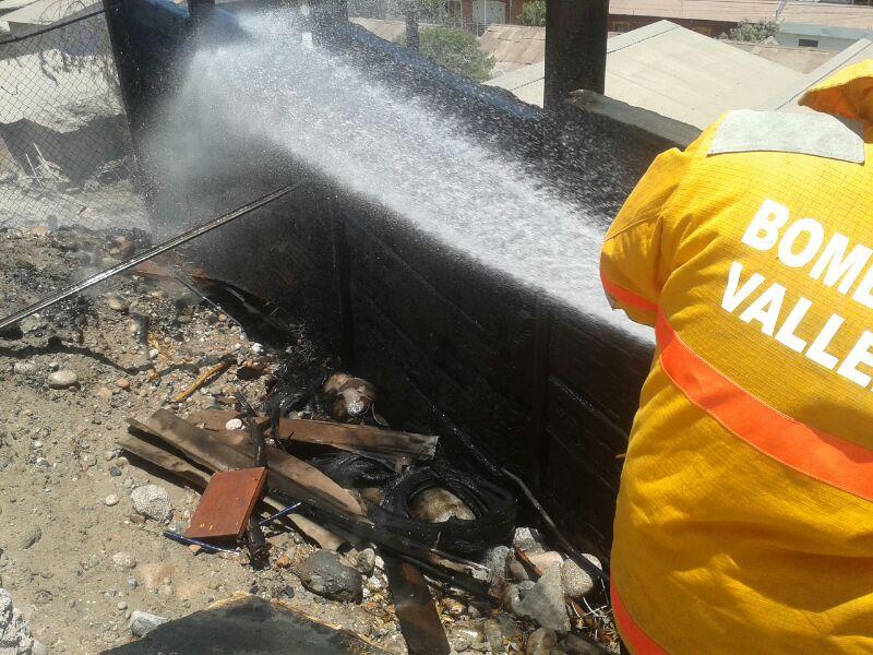 Bomberos de Vallenar logra controlar incendio de basurales detrás de iglesia