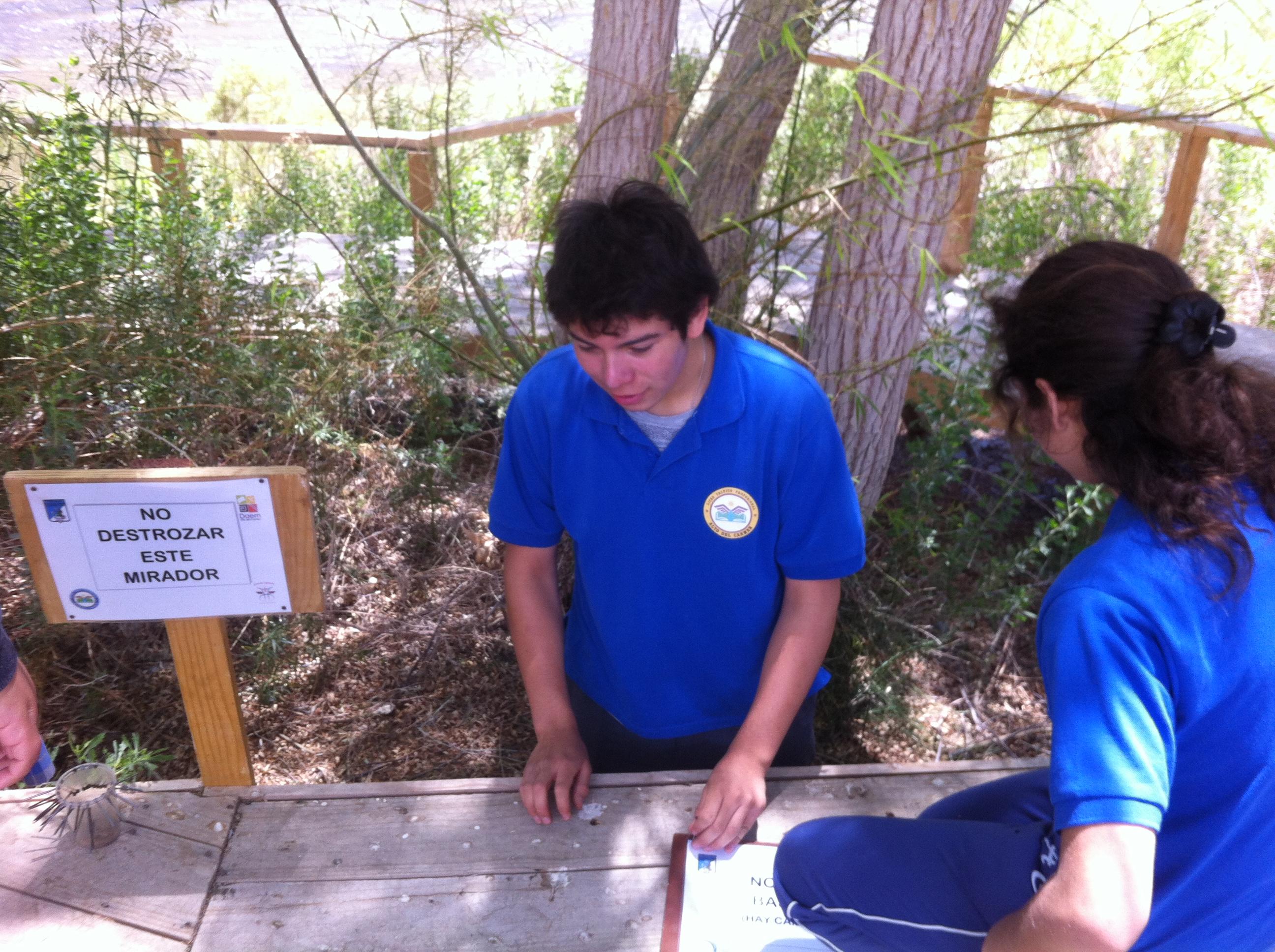 Alumnos de Especialidad de Turismo de Alto del Carmen limpian e instalan señaletica en sendero de interpretación ambiental