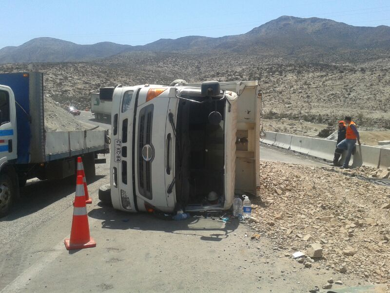 Camión con material se vuelca en inicio de trabajos de doble vía al sur de Vallenar