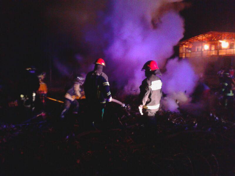 Oportuna labor de bomberos impide que incendio de pastizales consuma casa en sector Filadelfia