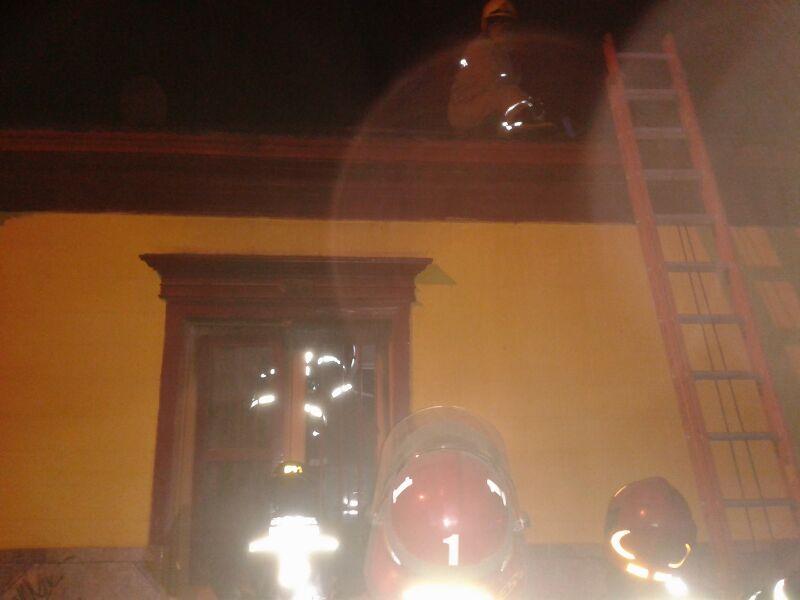 Bomberos logran controlar principio de incendio en local de comida en Vallenar