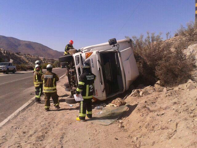 Dos personas lesionadas tras volcamiento de un camión al sur de Vallenar