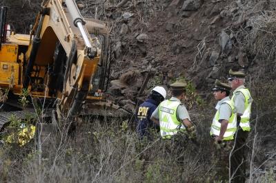 Trabajador muere al desbarrancar desde la ladera de un cerro en su retroexcavadora en doble vía
