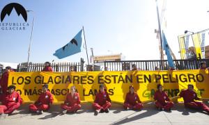 Ciudadanos de República Glaciar funan Expo minera en protesta contra destrucción de glaciares