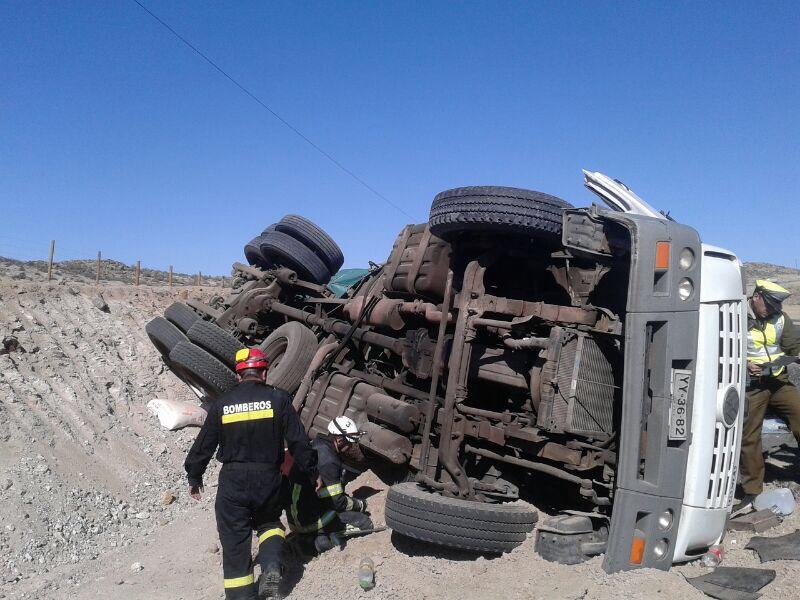 Camión vuelca a un costado de la vía al sur de Vallenar dejando tres lesionados