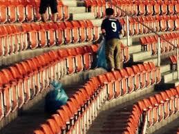 ¿Por qué los japoneses recogen la basura después de un partido en el mundial?