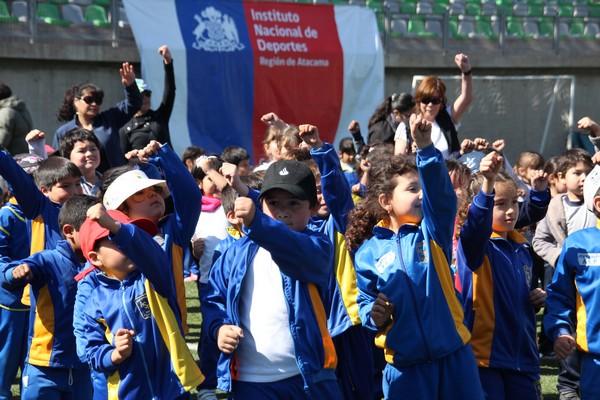 Niños y niñas compartieron con Karen Gallardo en muestra de escuelas deportivas IND