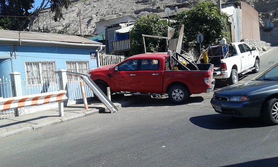 Camioneta colisiona con vivienda en centro de Vallenar