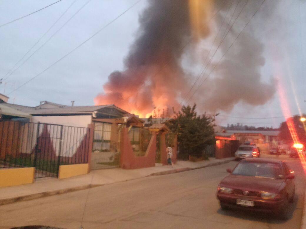 Incendio consume vivienda en población Quinta Valle de Vallenar