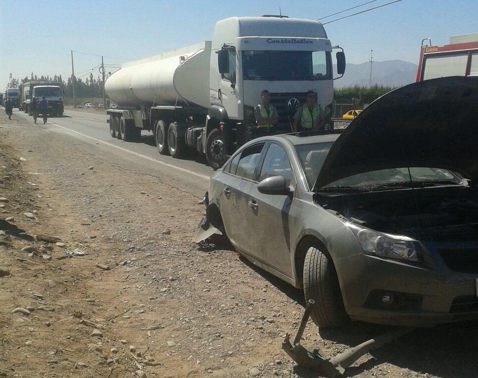 Vehículo choca con porte, lo derriba y causa congestión en ruta C-46: 3 lesionados