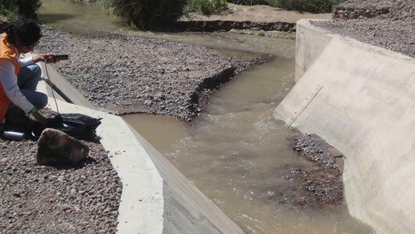 Monitorean calidad de aguas para descartar contaminación por crecida de caudal del río