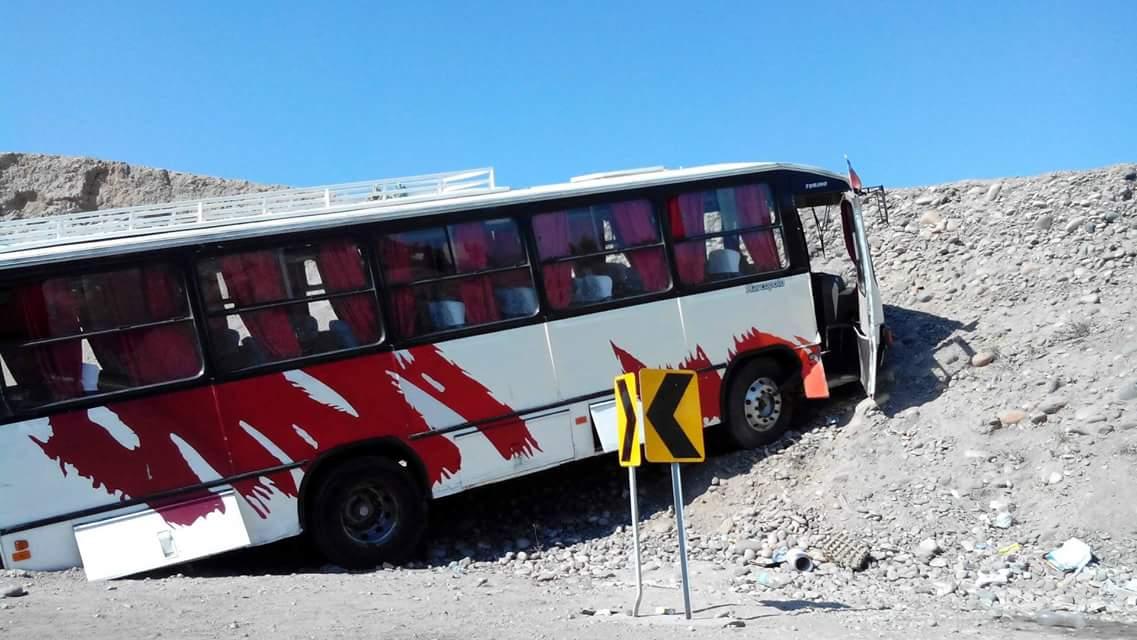 Bus impacta contra ladera de cerro al cortarse los frenos en Vallenar