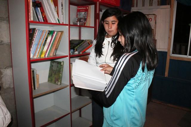 En el mes del Libro: Niños de Perales Viejos cuentan con remozada biblioteca