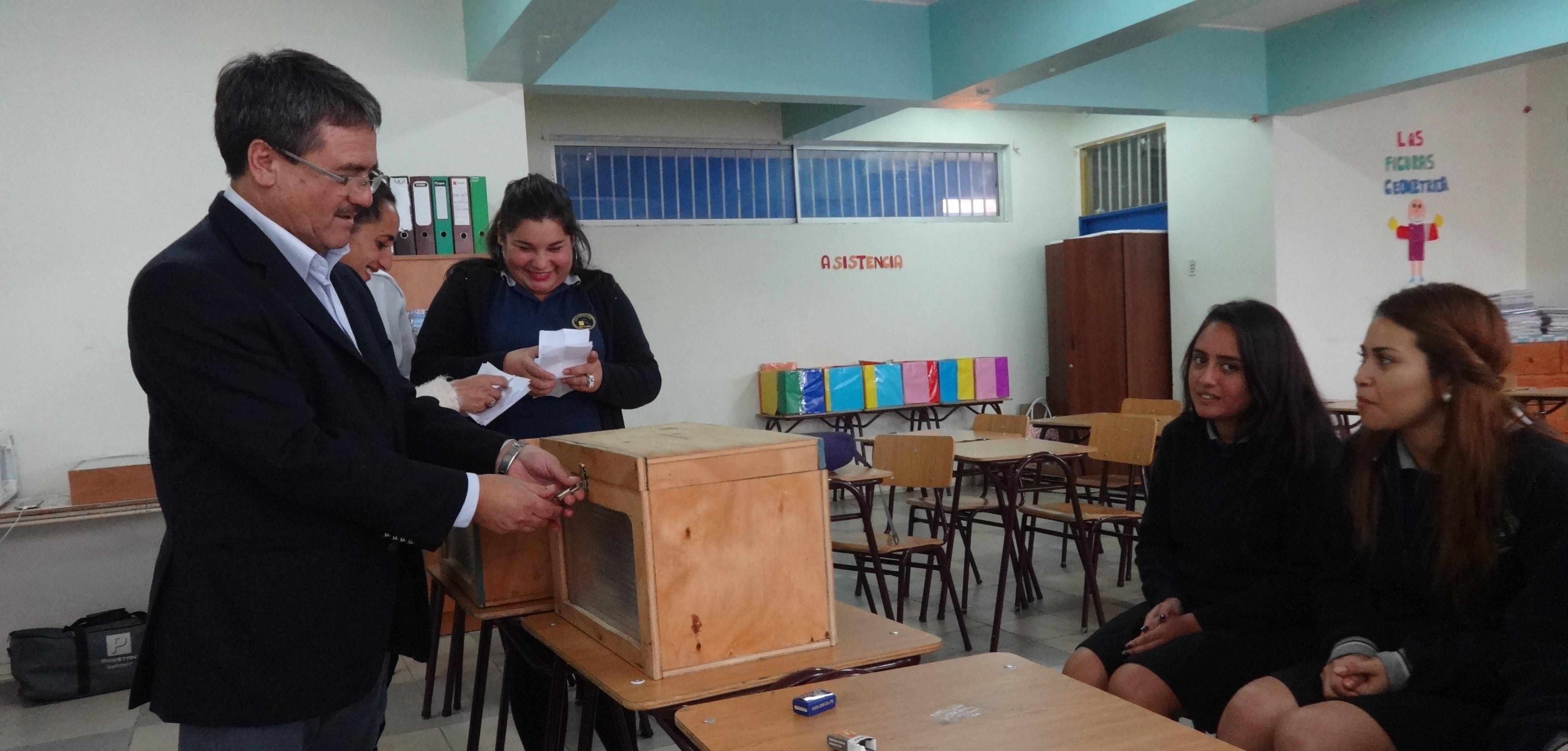 Alumnos de liceo Politécnico eligen a sus representantes del CEAL