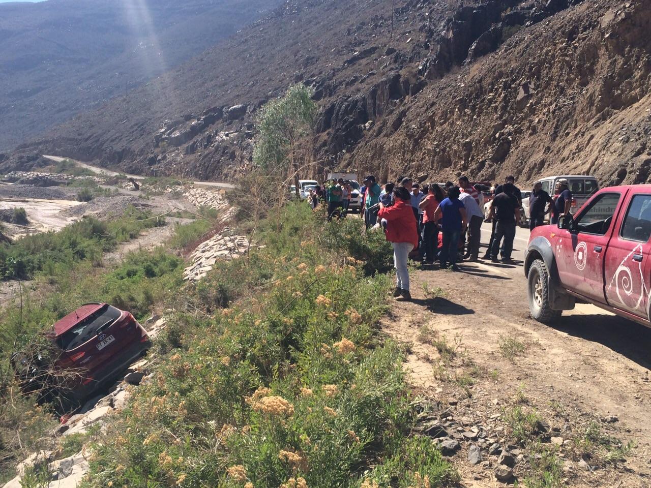 Vehículo pierde control y cae a desnivel en ruta a Alto del Carmen