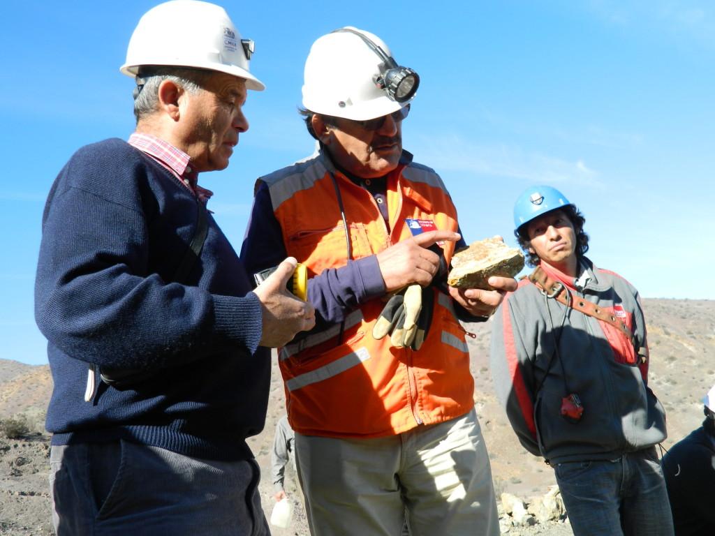 Seremi Reinaldo Leiva observa contenidos de minerales de cobre en la roca, con el ingeniero Luis Bogdanic