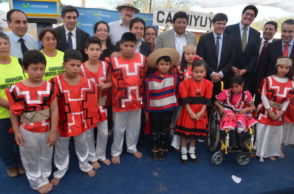 Autoridades junto a niños y niñas de la localidad de Cachiyuyo