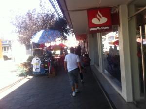 Reubican a vendedores ambulantes por atraso en arreglos del Mercado Municipal