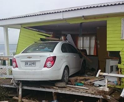 Loca carrera de vehículo termina dentro de una cabaña en Los Toyos