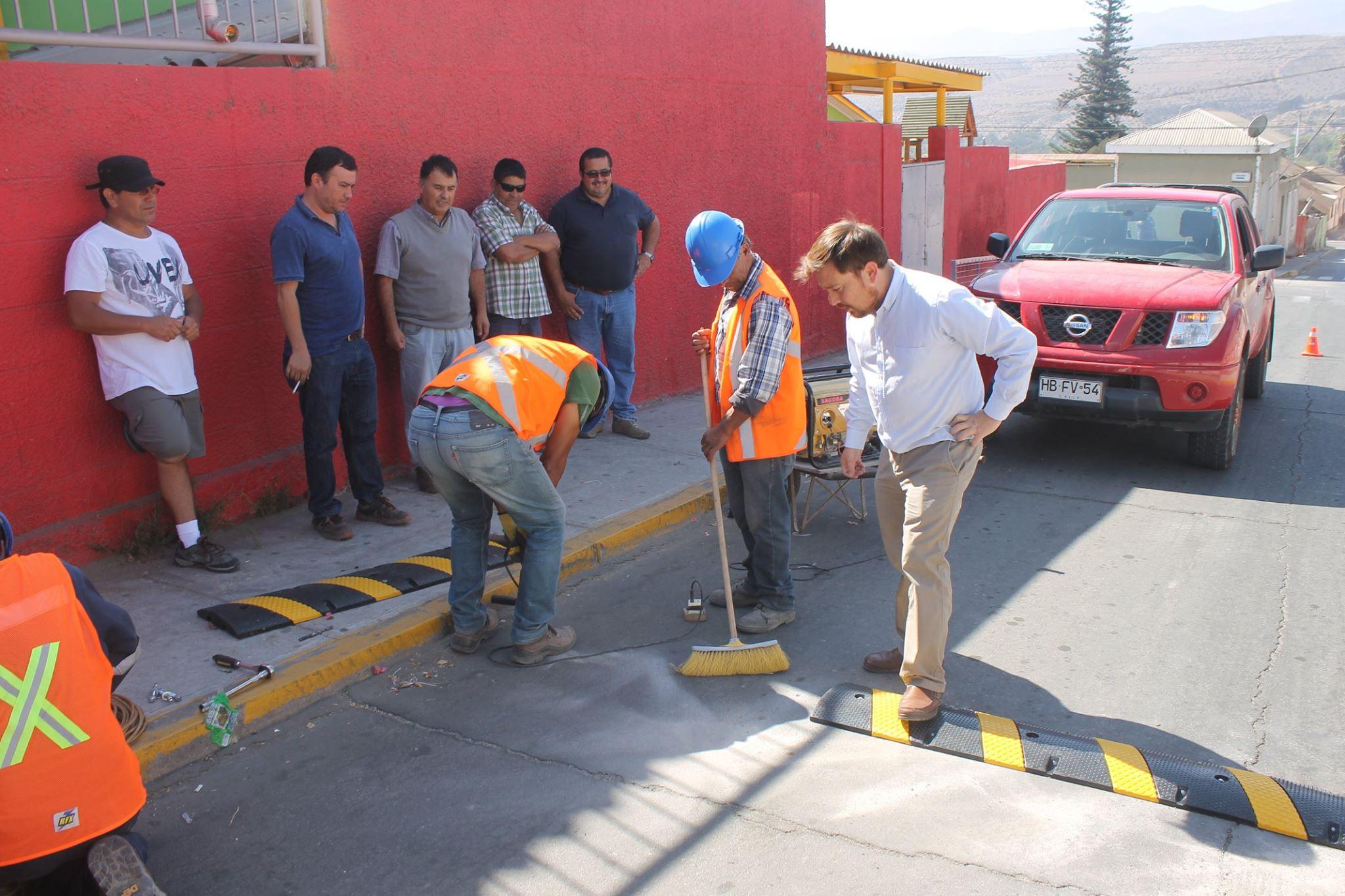 Instalan lomillos y señaléticas en calles de Freirina