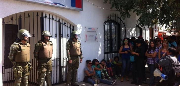 Gobierno congela conversaciones, se querella por agresión a gobernadora del Huasco y comenzará a descontar sueldos a funcionarios paralizados