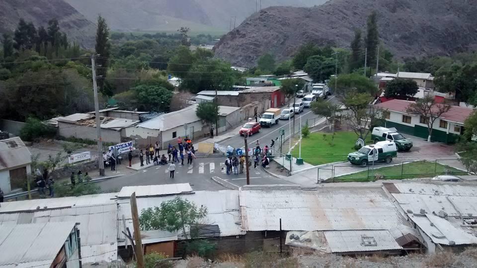 Funcionarios públicos cortan carretera 5 norte y ruta a Alto del Carmen