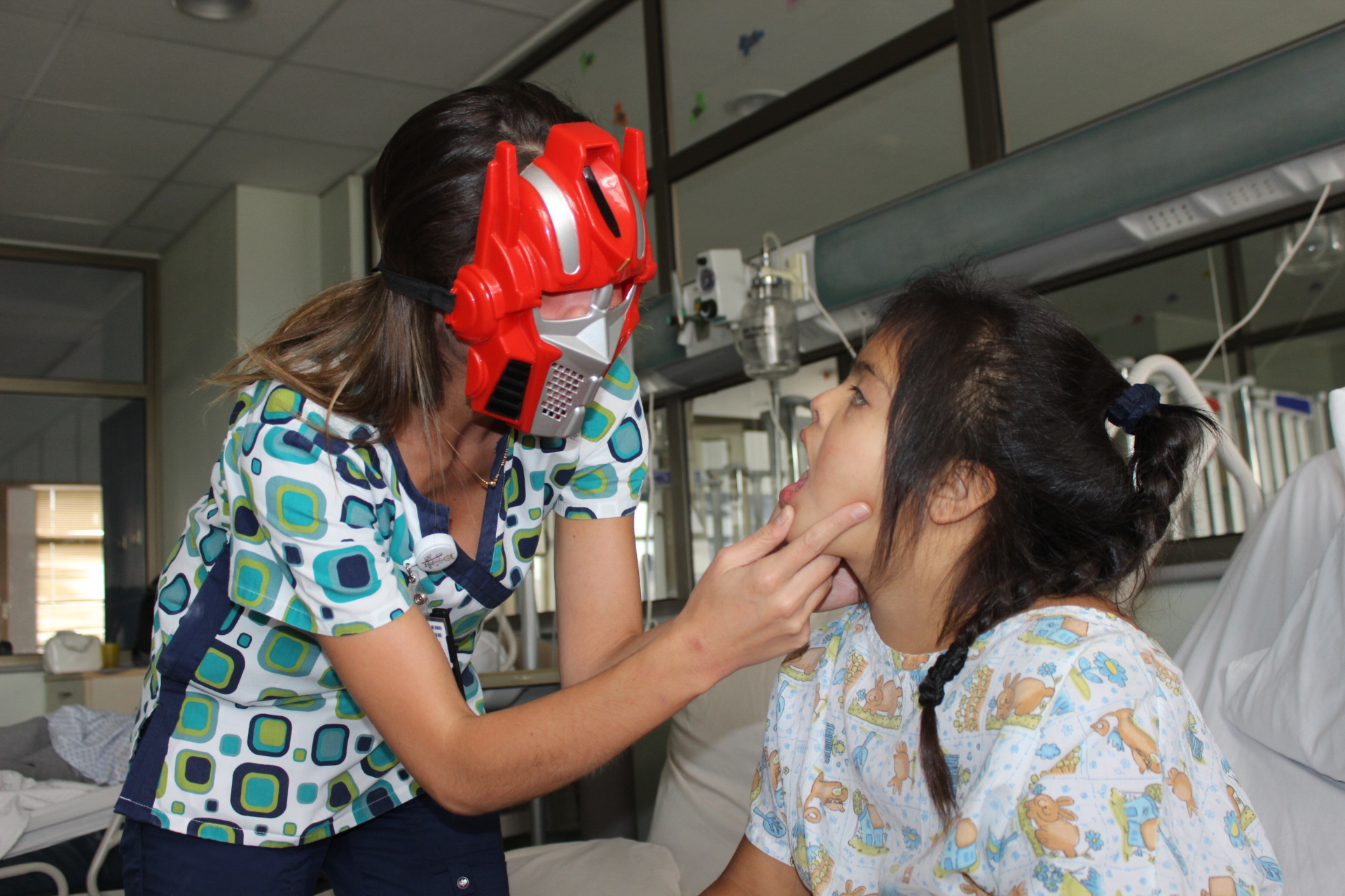 Superhéroes atienden a pequeños en el Hospital Provincial del Huasco