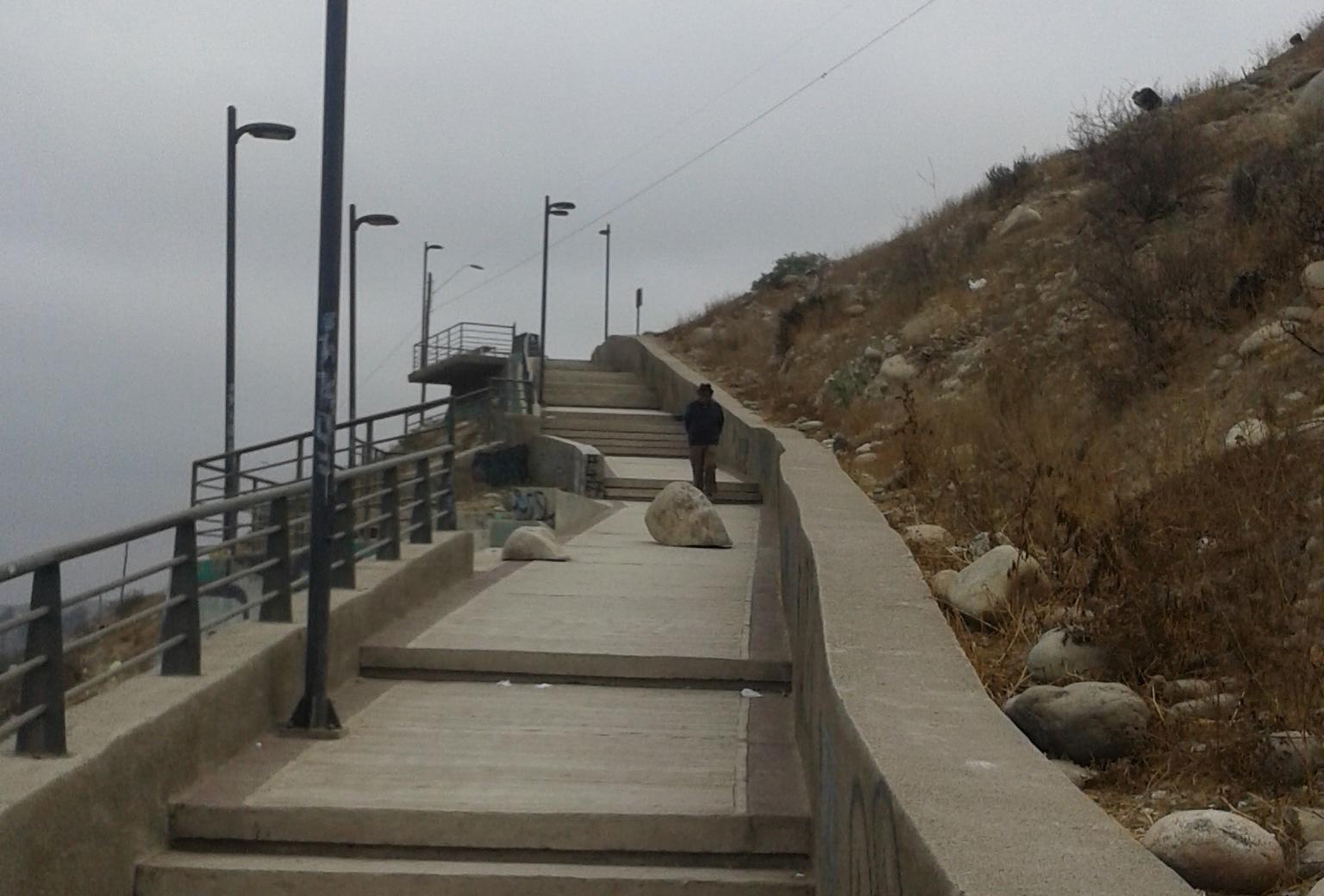 Piedra bloquea el paso de vecinos en escalinata de población Carrera