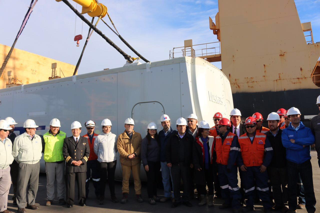 Autoridades regionales visitan desembarco de equipamiento de nuevo parque eólico