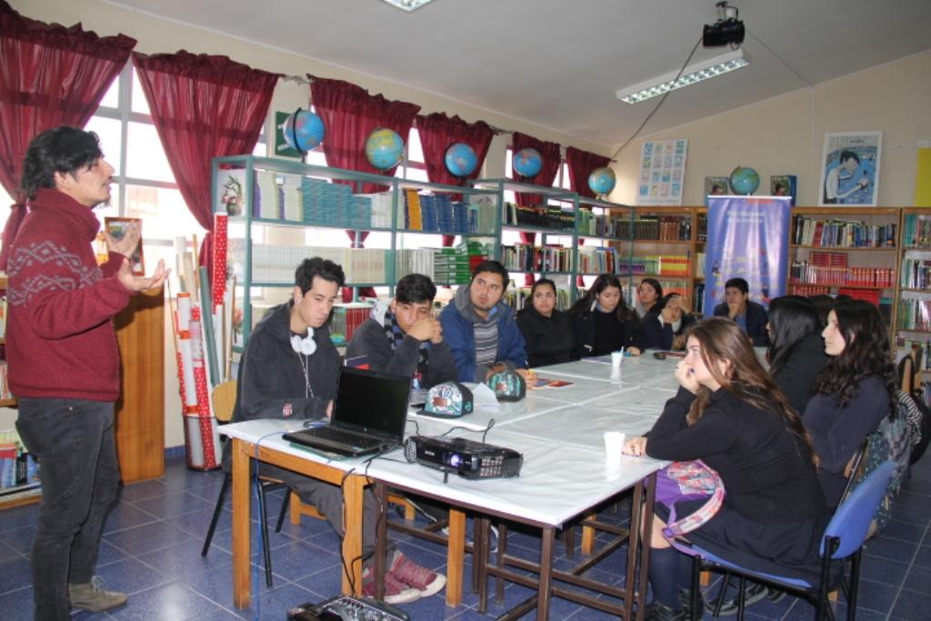 Jóvenes del Liceo Japón de Huasco dialogan con escritor Vicente Rivera