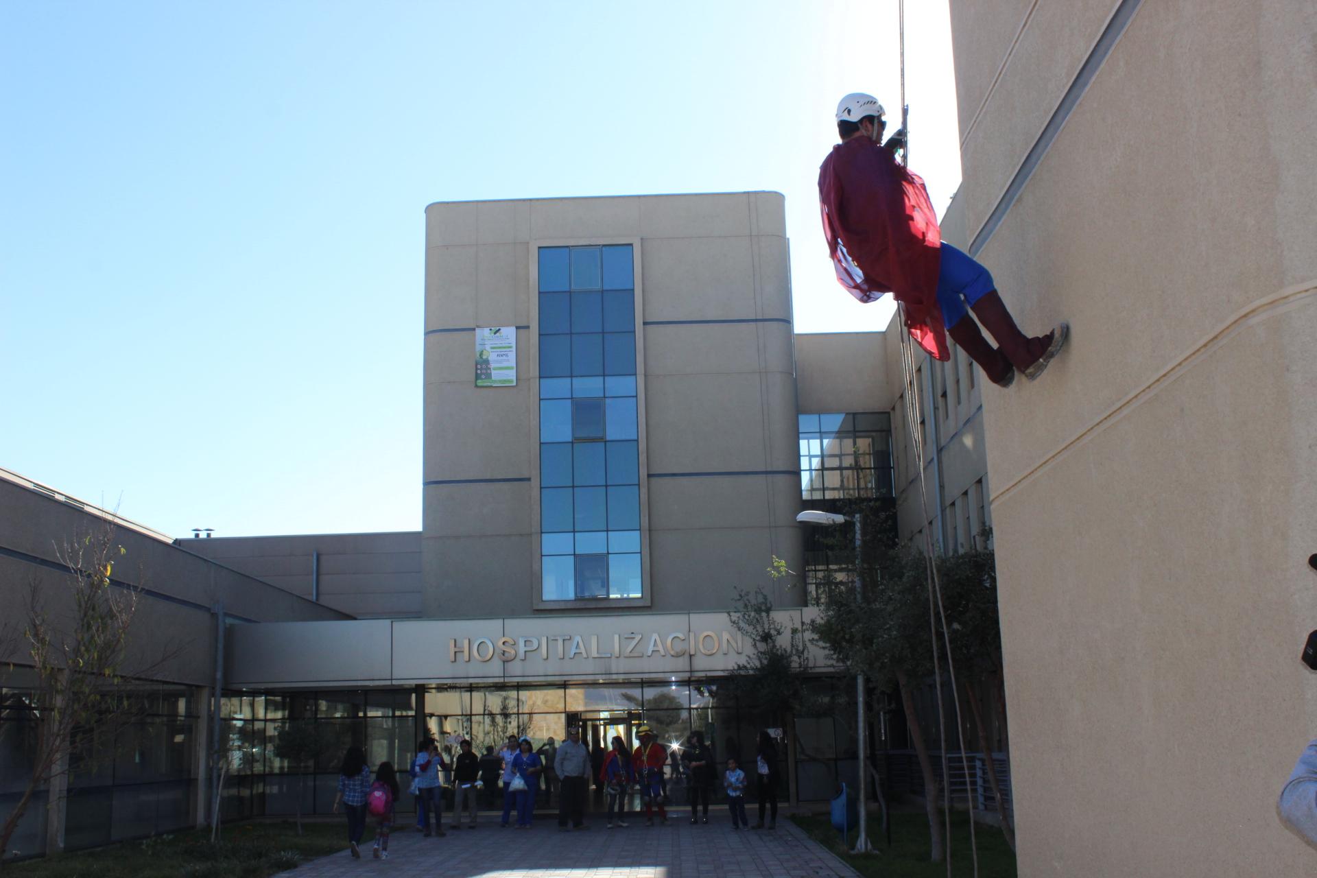 Superhéroes realizan intervención urbana en altura en el Hospital Provincial del Huasco