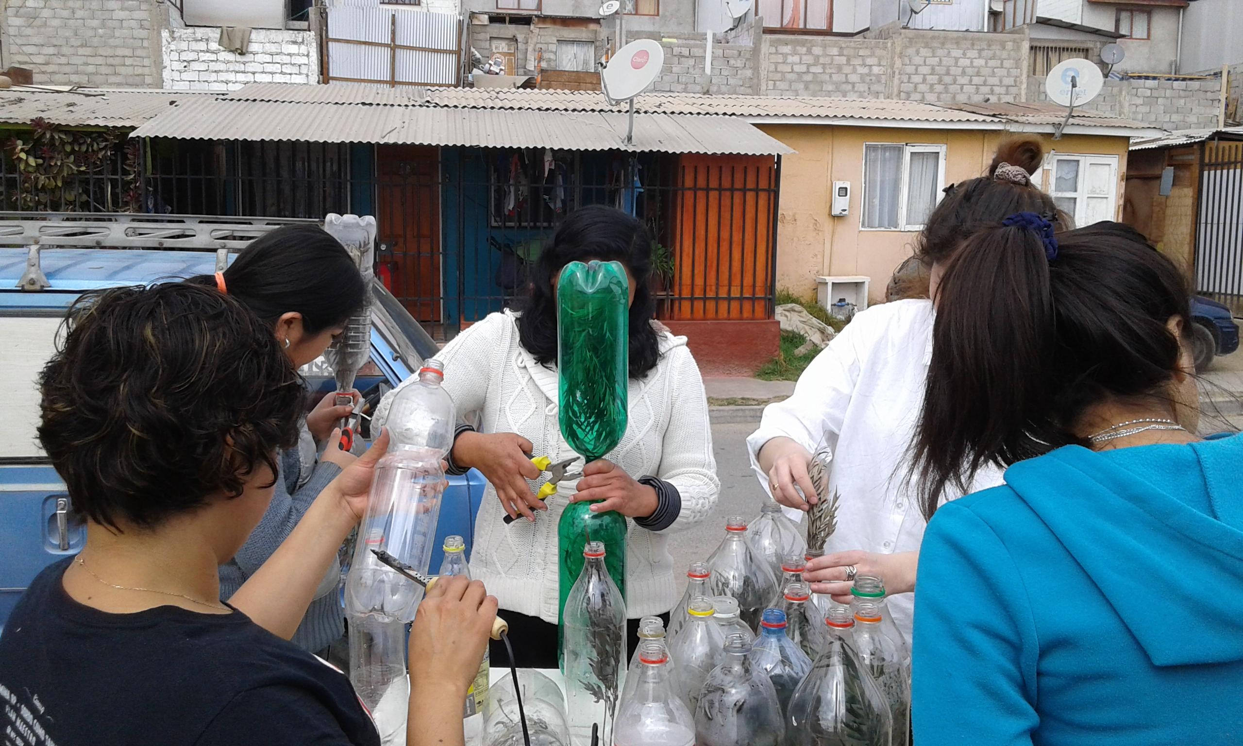 Vecinos de Torreblanca trabajan en sombreadero con material reciclable