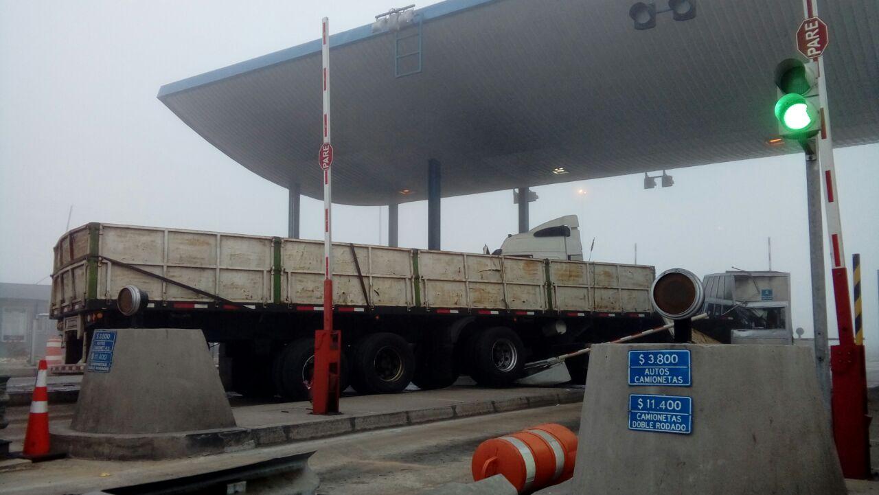 Camión impacta con peaje en ruta 5 Norte