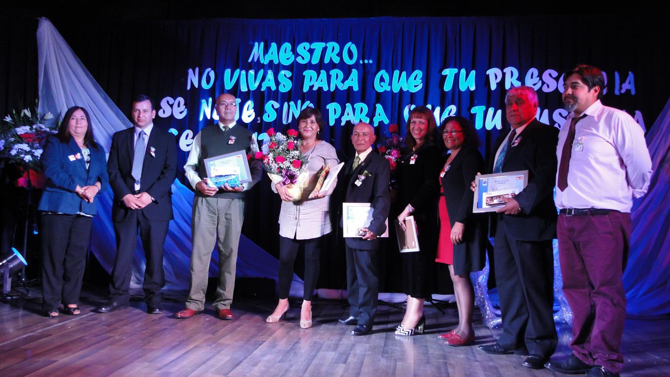 Emotivo homenaje a profesores y asistentes de la educación culminó con espectáculo del Temucano