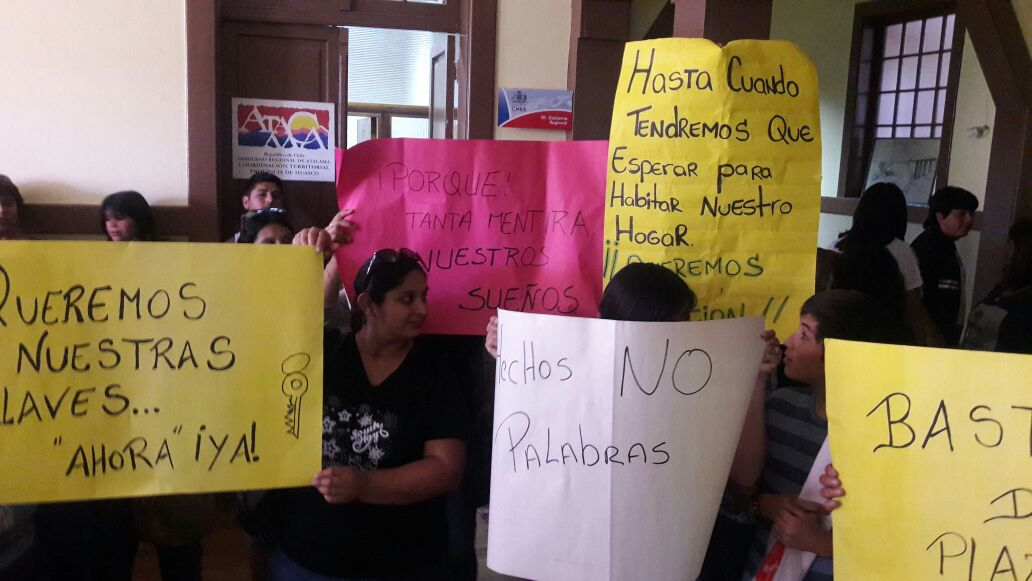 """Vecinos amenzan con """"tomarse"""" sus propios viviendas sin no se las entregan"""