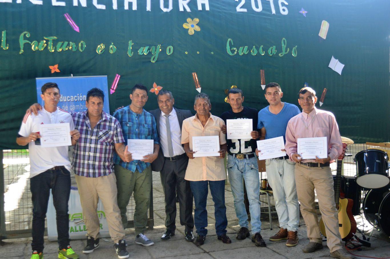 Internos de penal de Vallenar recibieron su licencia de enseñanza básica
