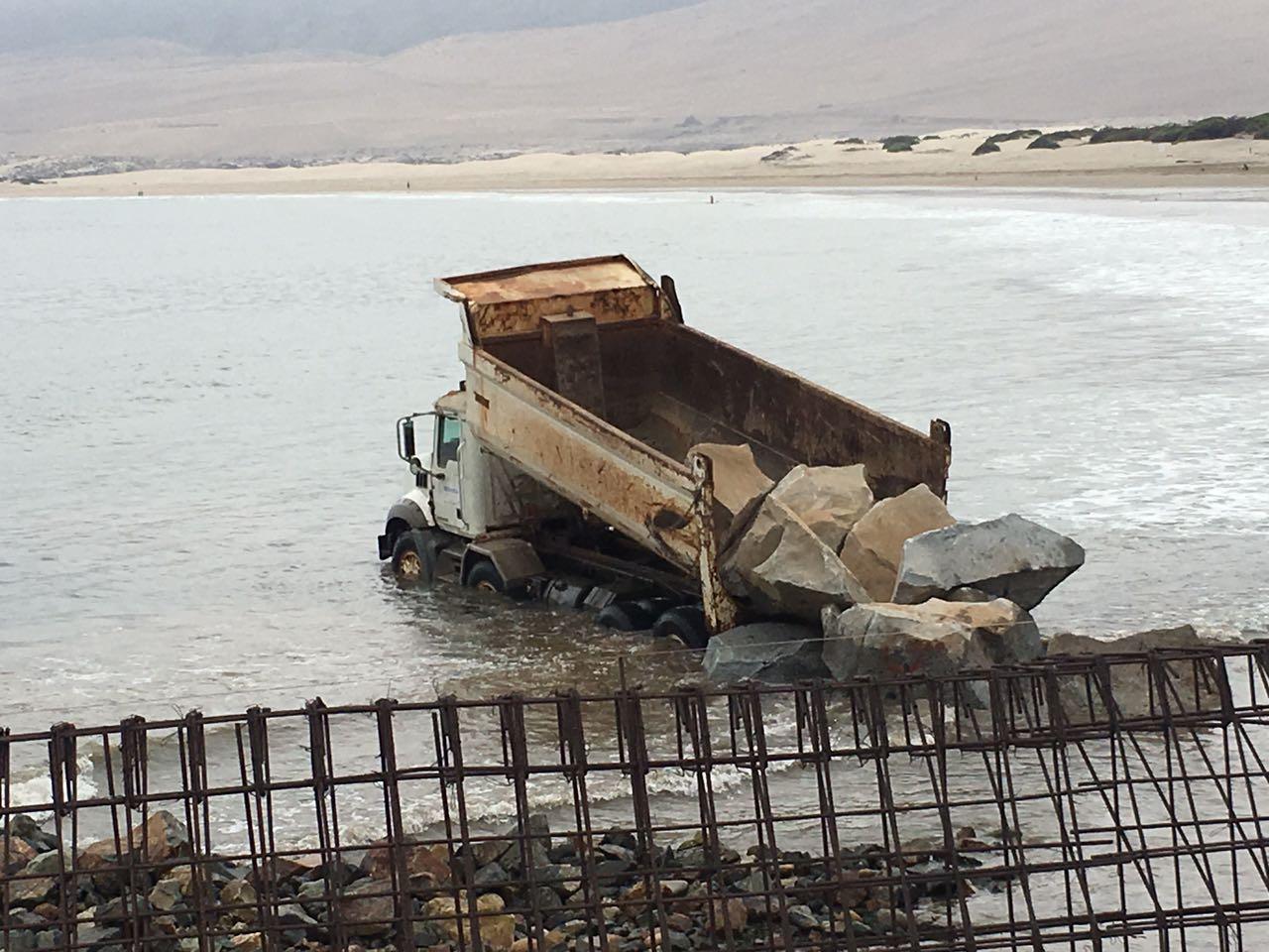 Camión quedó atrapado en oleaje de playa Grande en Huasco (fotos)