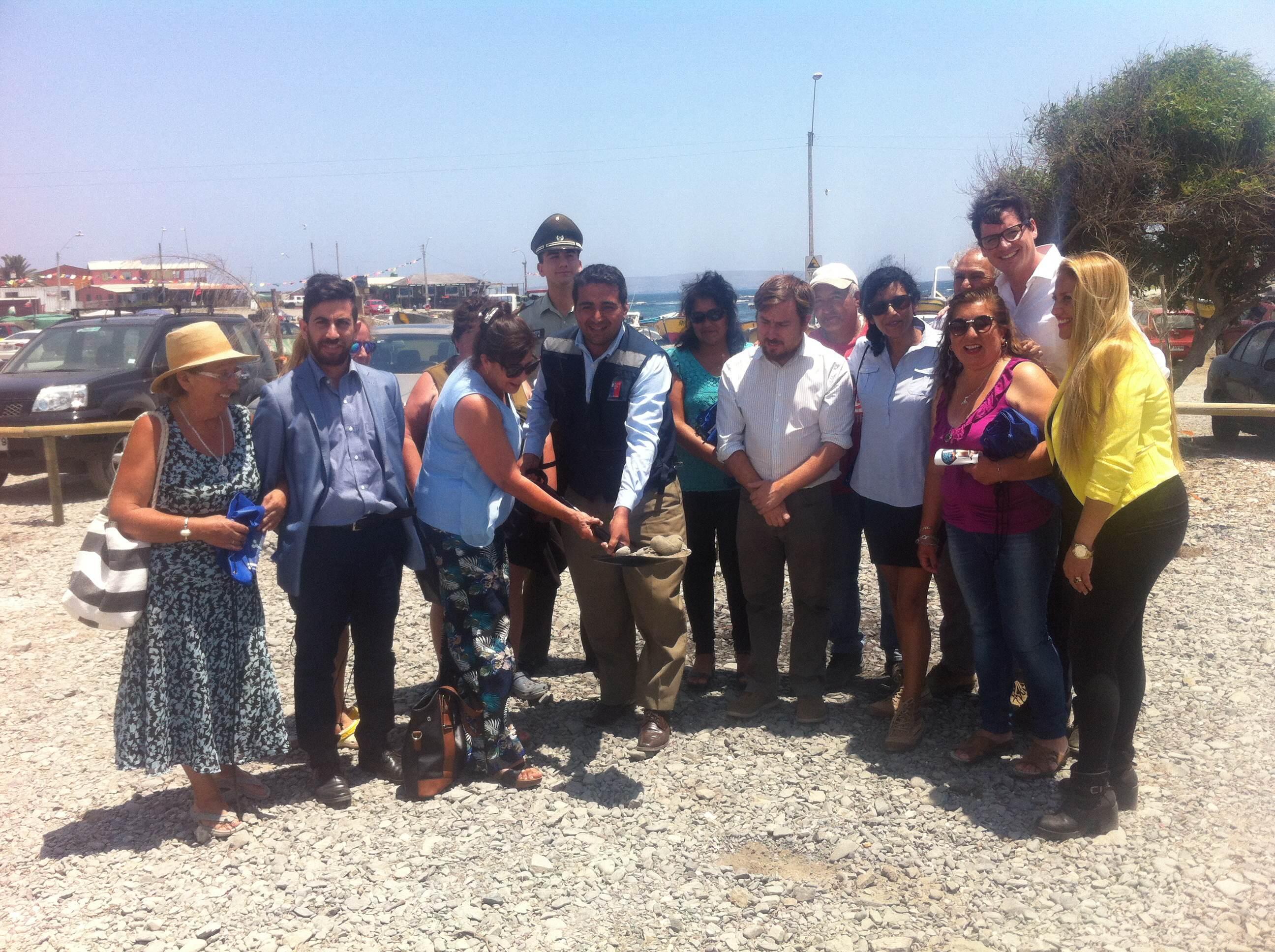 Comienza implementación de 25 postes de iluminación fotovoltaica  en Caleta Chañaral de Aceituno