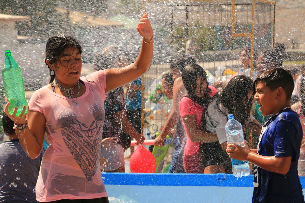 Niños y niñas del Barrio Unión Castilla y León se refrescaron con la Fiesta de la Chaya en Vallenar