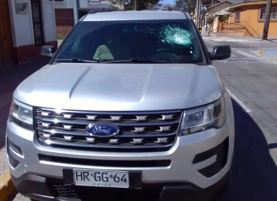 En confuso incidente atacan vehículo de alcalde de Vallenar: Turba buscaba agredir a joven