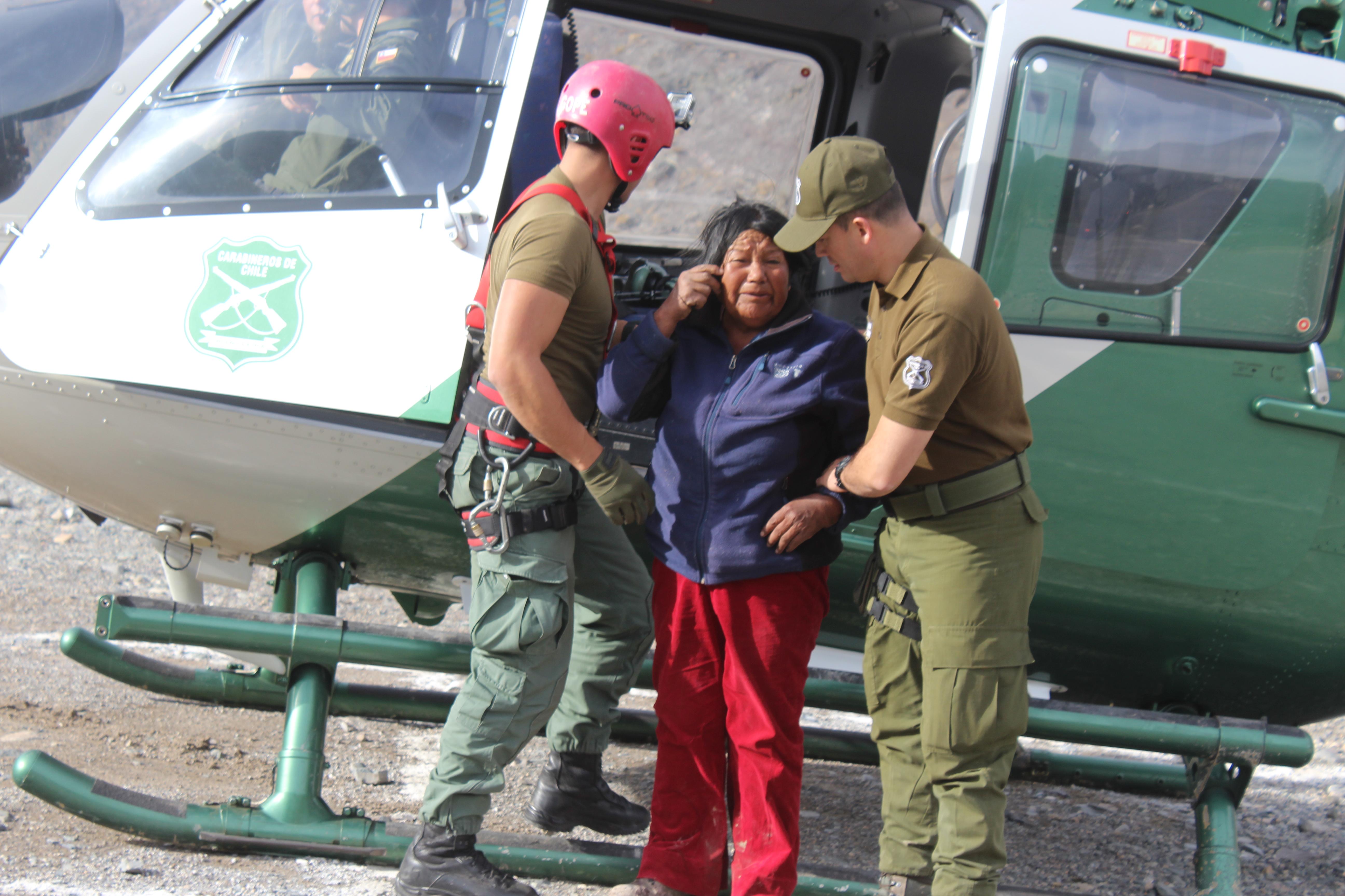 Carabineros rescató a mujer de 61 años que estaba atrapada en la precordillera en Alto del Carmen