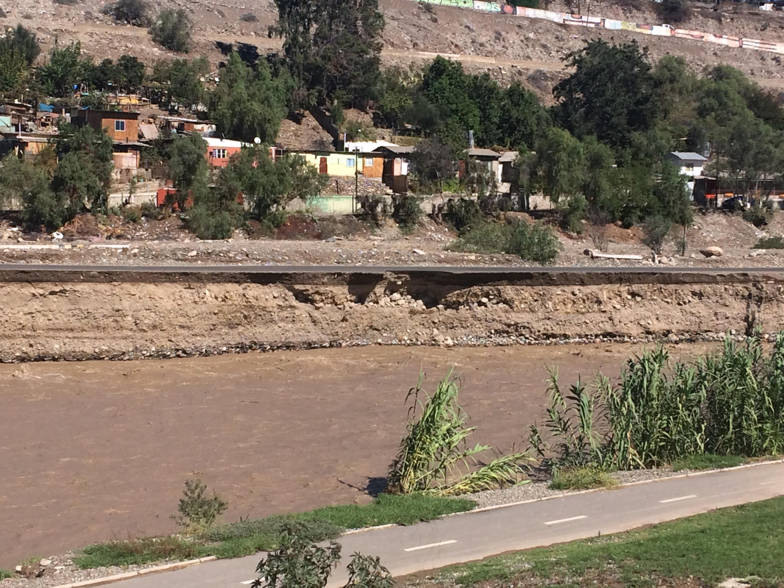 Solicitan no transitar por ribera sur de Vallenar: peligro de colapso por socavón en ruta
