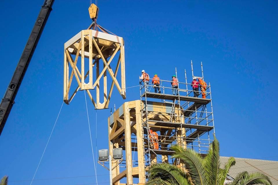 Vecinos de Freirina fueron testigos de instalación de torre y cruz de iglesia
