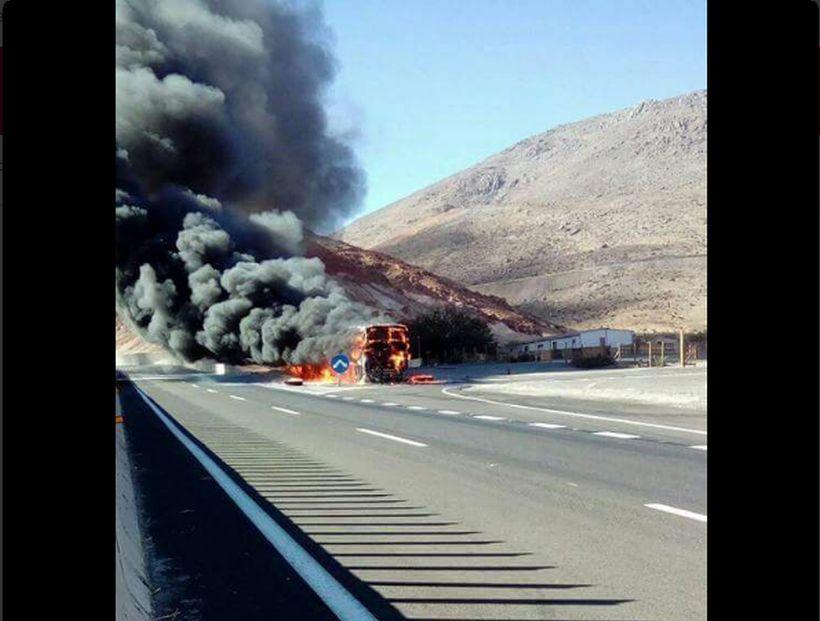 Bus se incendia en cuesta Pajonales al sur de Vallenar