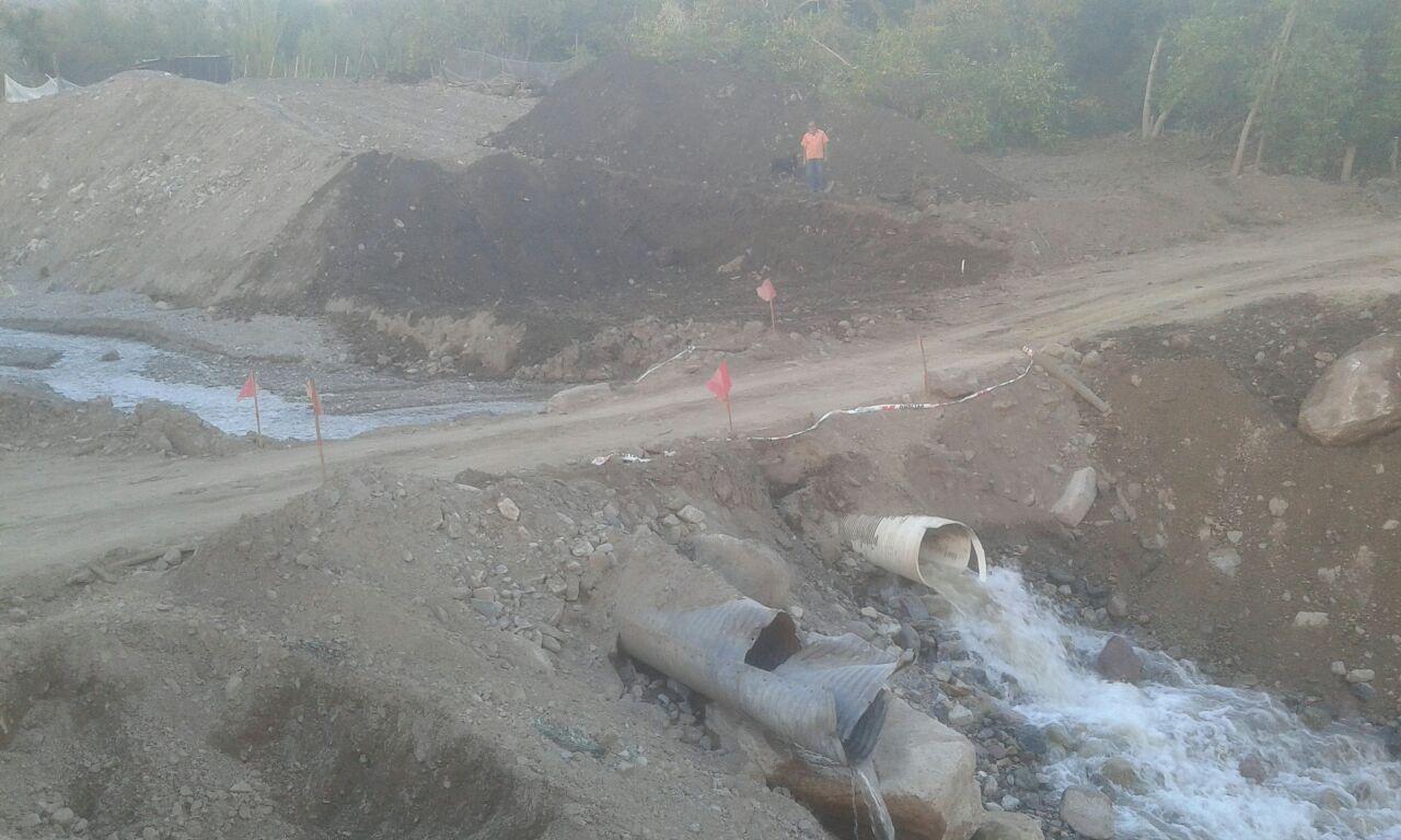 Instalaran solución vial en corte de camino por el valle del Tránsito